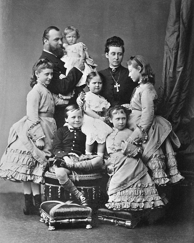 Семья Великих герцогов Гессенских, 1876. (Алиса стоит позади брата, рядом с матерью, на руках у Людвига - Мэри).