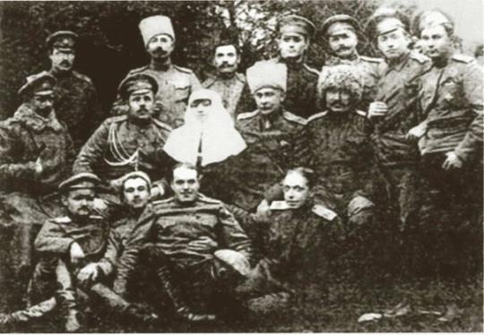 Римма с солдатами. Фото с сайта foma.ru.