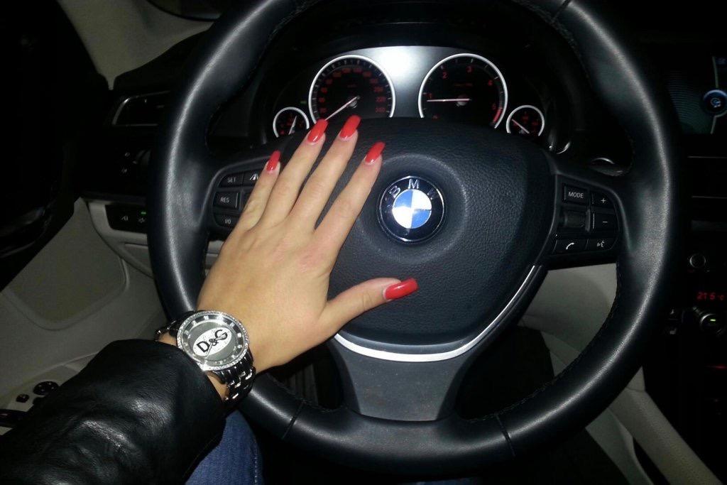 Картинки рука девушки на руле фото