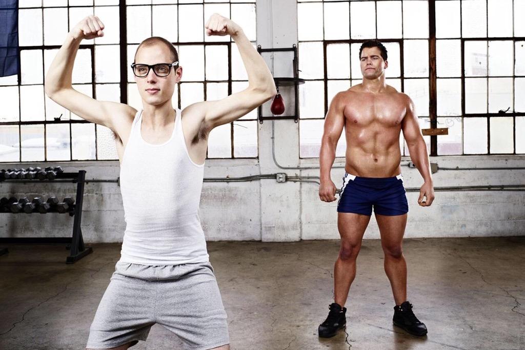 Две девушки издеваются над парням в спортзале