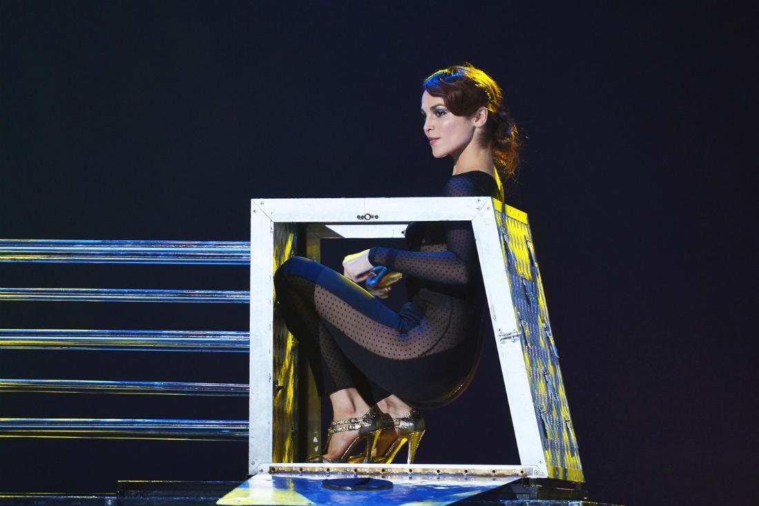 Малиновская без трусов, девушки снимают юбки и показывают попы