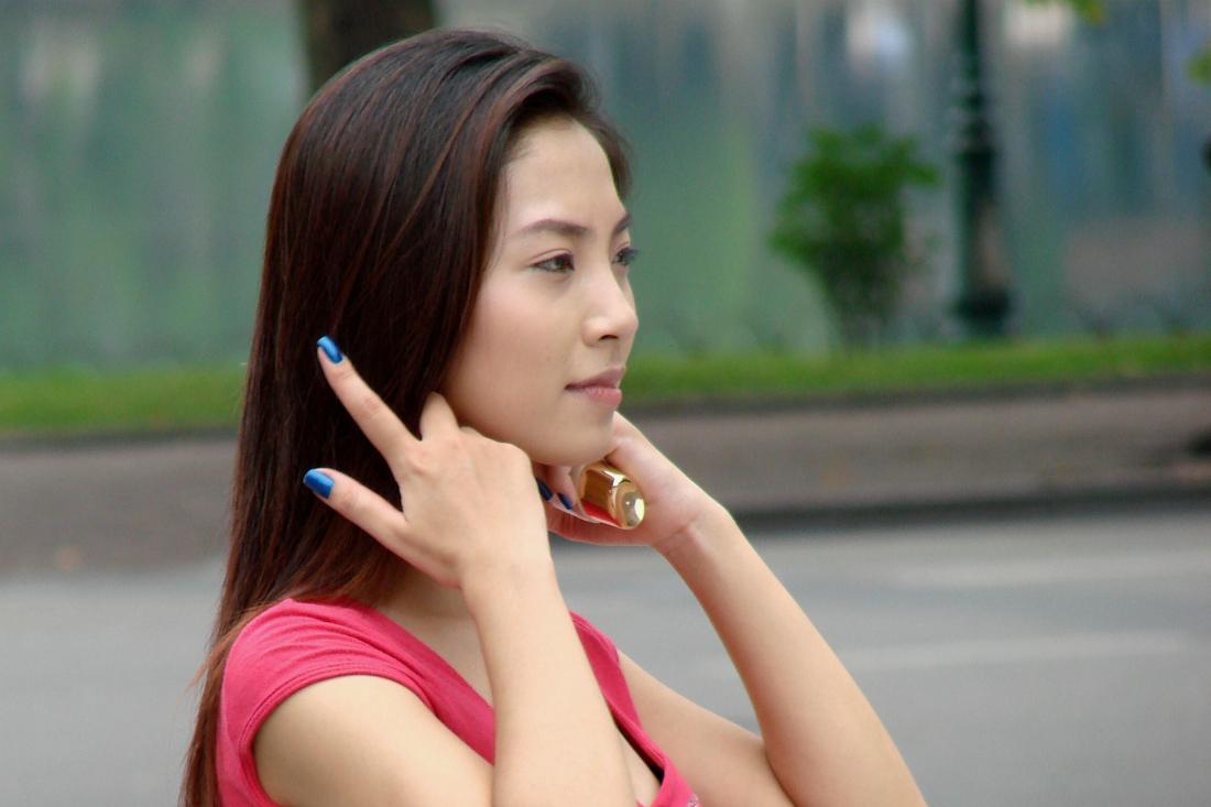Фокус девушки с красным платочком