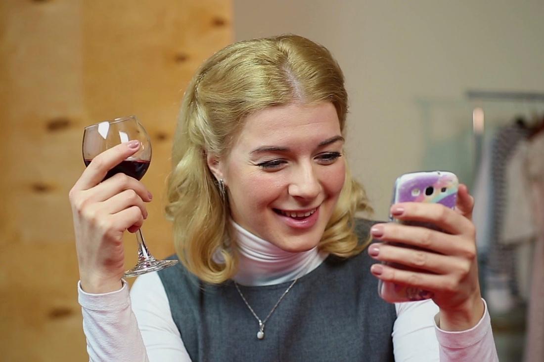 Пьяная женщина и телефон