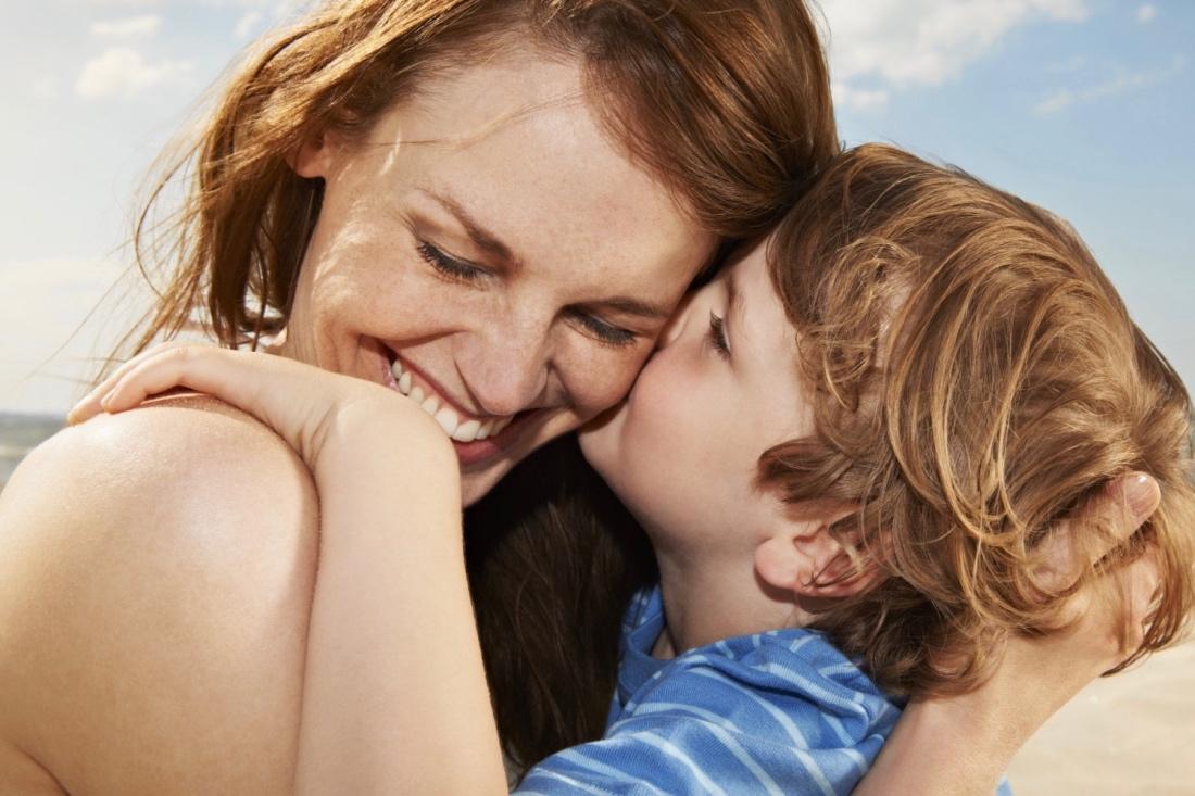 Дочь целует аочко маме