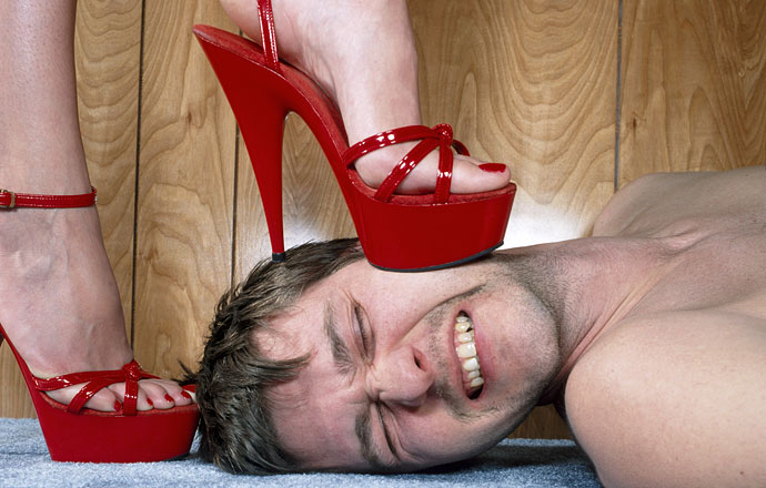 Порно стриптиз женщины топчут мужчин
