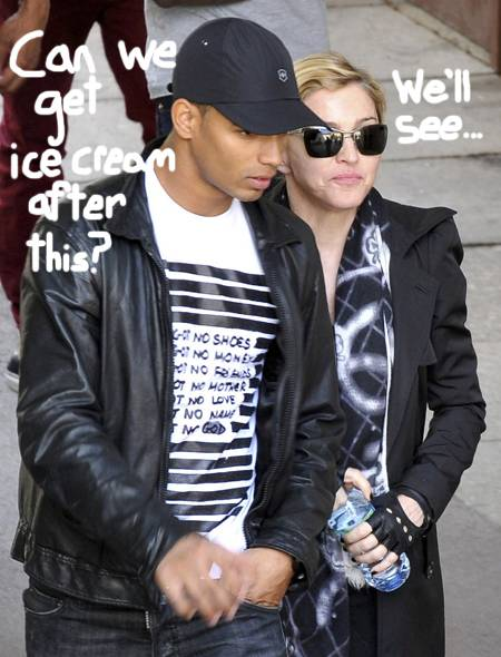 madonna-nd-boyfriend-at-museuem__oPt