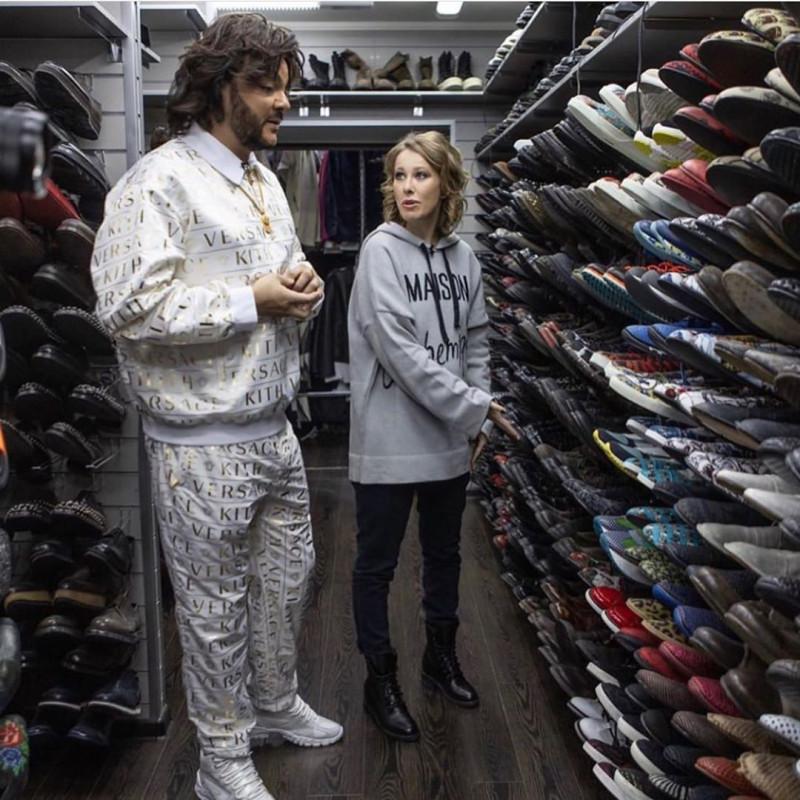 По словам Филиппа, из той батареи обуви, которую он продемонстрировал Собчак, добрую половину он ни разу не надевал.