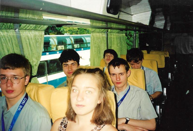 Тайвань, сборная России на Международной олимпиадой по математике. В среднем ряду Антон Розенберг (слева) и Николай Дуров (справа), 1998 год