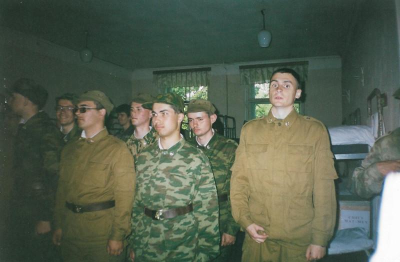 Военные сборы, 2002г. Николай Дуров в центре грустный. Антон Розенберг прямо перед ним.