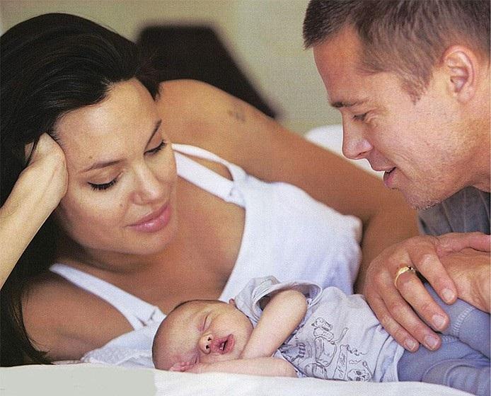 Анжелина и Брэд с новорожденной Шайло Нувель