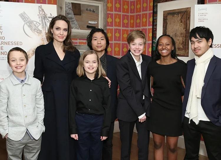 Анжелина Джоли с детьми. Слева направо: Нокс, Вивьен, Пакс, Шайло, Захара и Мэддокс