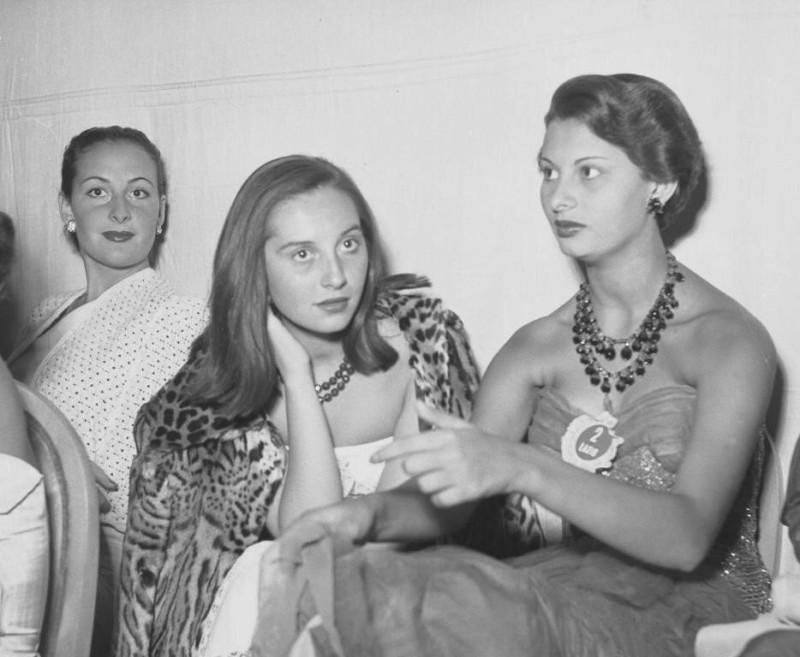 Софи Лорен крайняя справа