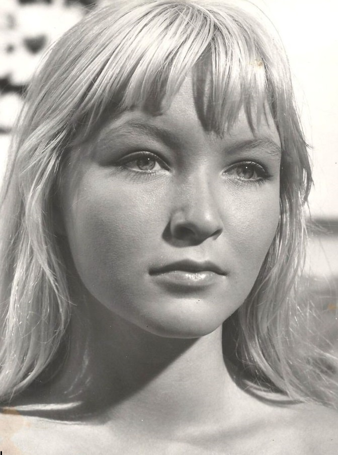 лицо актрисы покрупнее