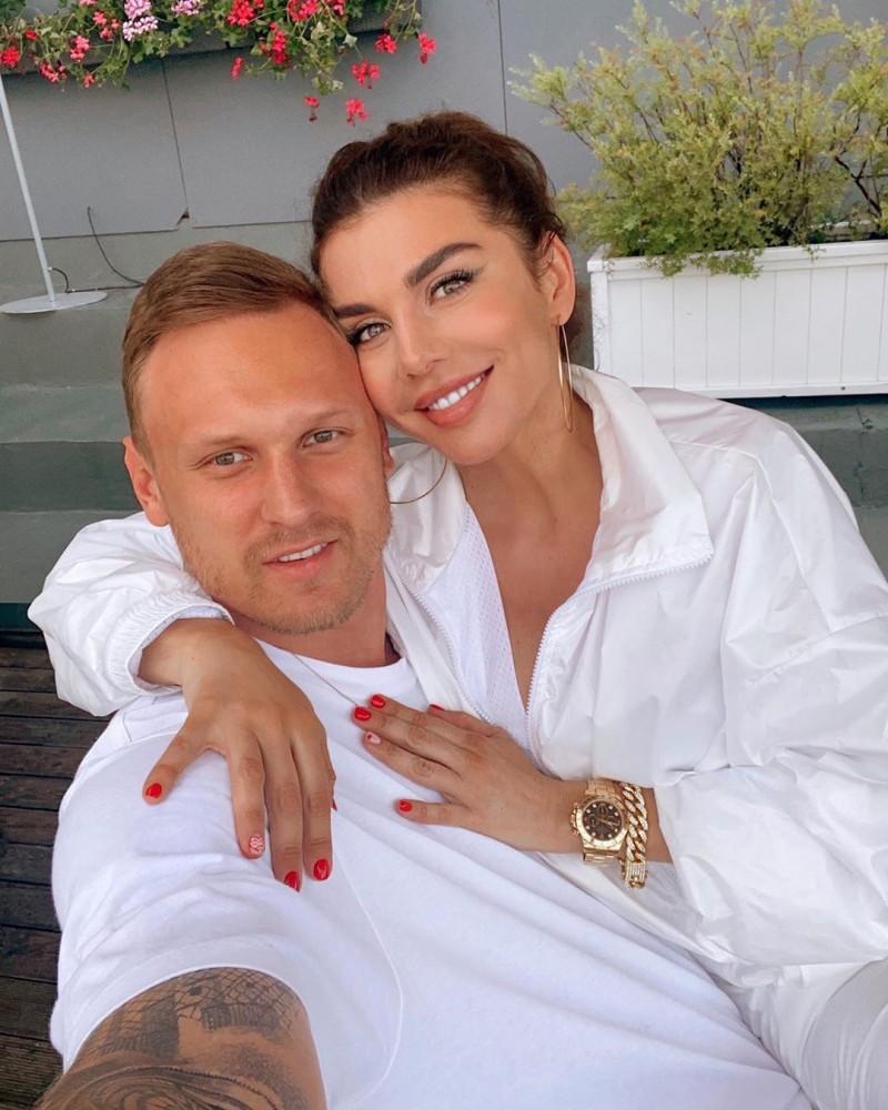 Седокова со своим крайним сожителем - баскетболистом Янисом Тиммой