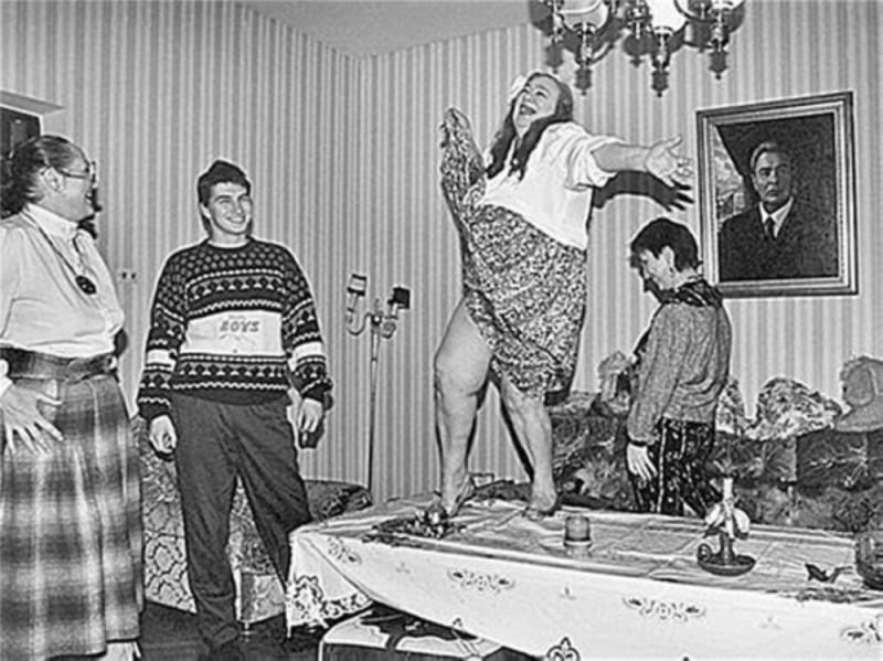 Пьяная Галина Брежнева танцует на столе