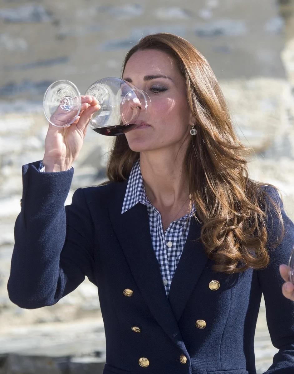 Кейт уважает алкоголь - я почему то не удивлена :D