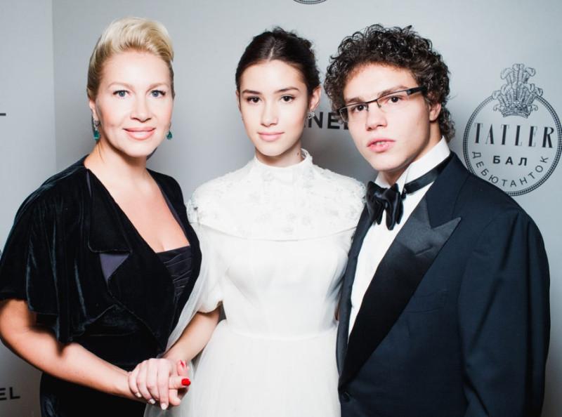 Дина Немцова (в центре) с мамой Екатериной Одинцовой и братом Антоном
