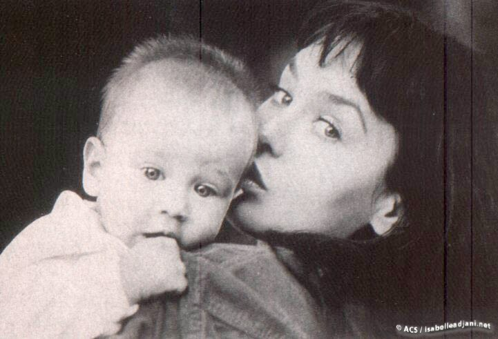 Изабель с младшим сыном, 1995 год. На фото ей 40 лет.