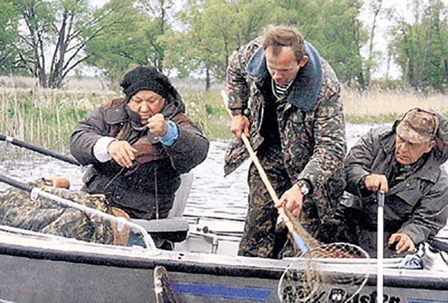 Ельцин на рыбалке (крайний слева)