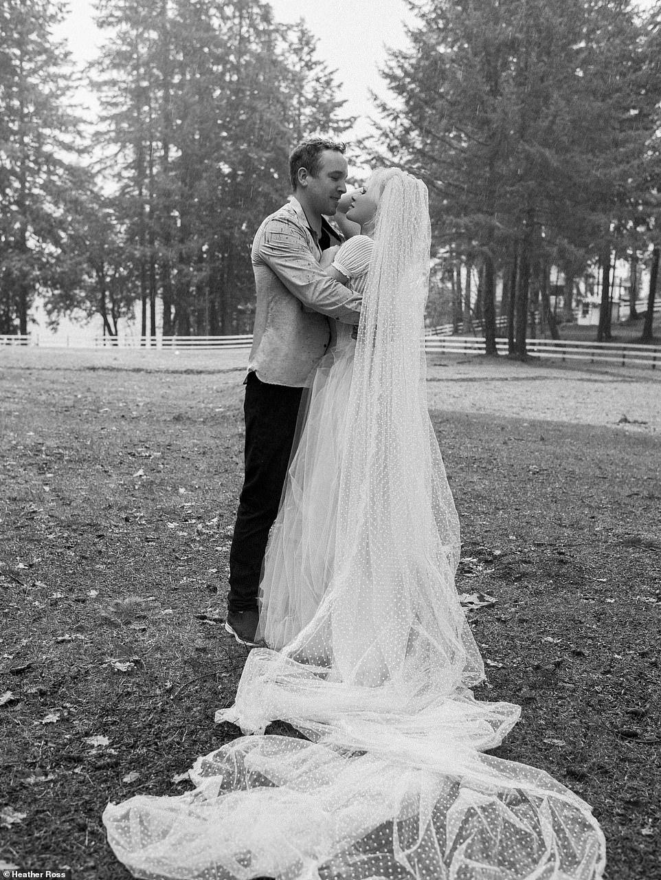 Фата у невесты от Valentino