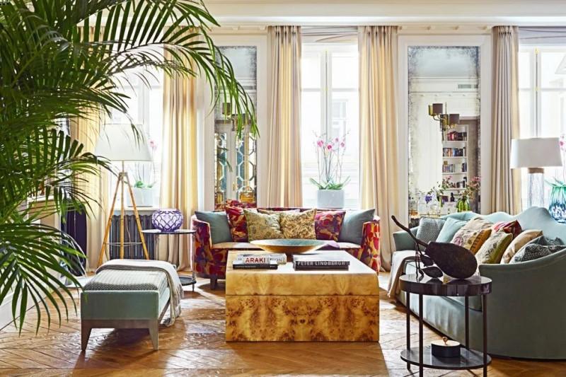 В состаренных зеркалах отражаются диваны бельгийской марки JNL с шелковыми и хлопковыми подушками Etro