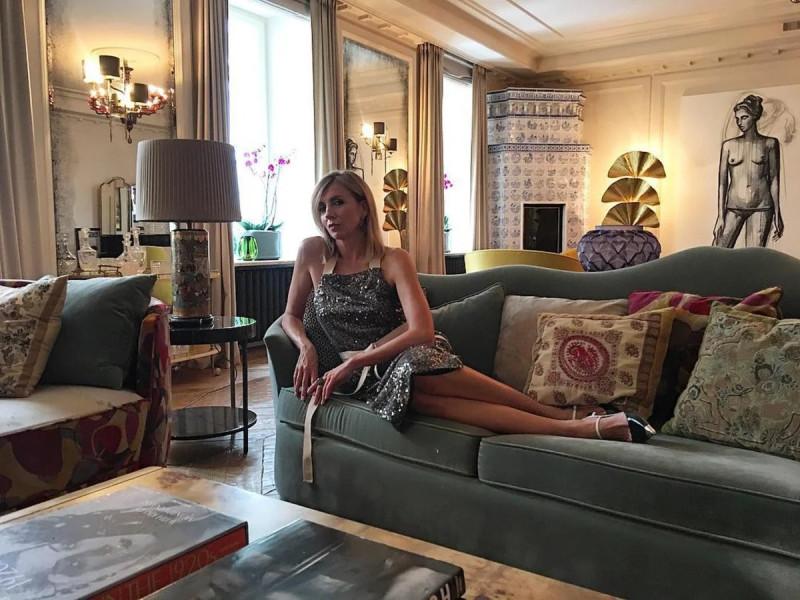Хозяйка квартиры на фоне интерьера