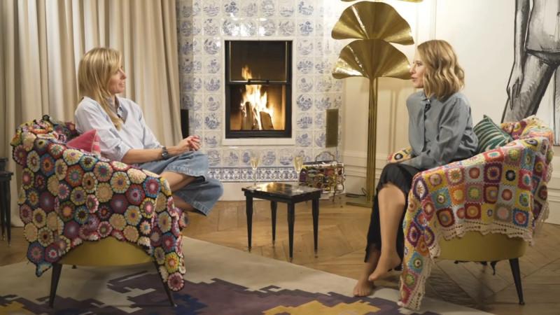 Светлана дает интервью Ксении Собчак в своей московской квартире на фоне настоящего камина