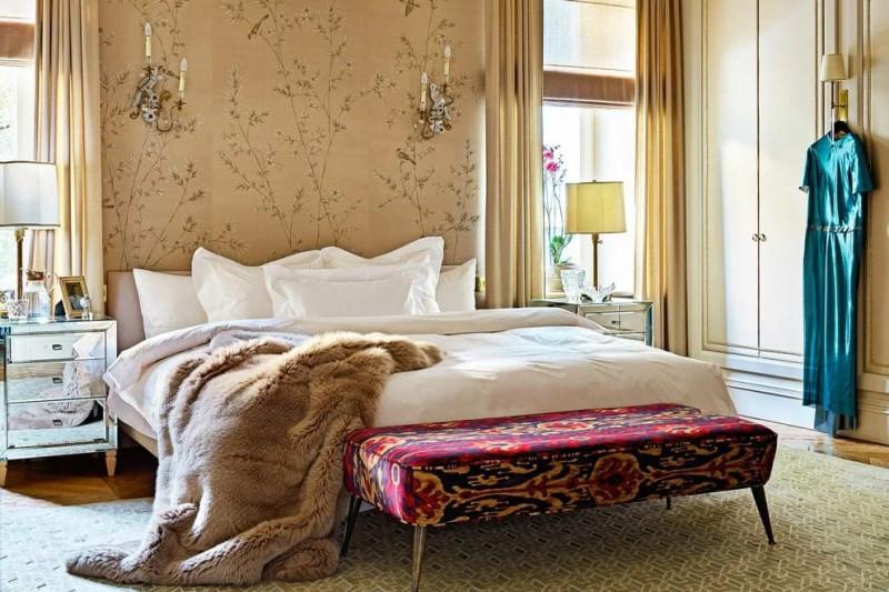 На кровати итальянской марки B&B Italia постельное белье Pratesi и меховой плед Ivano Redaelli