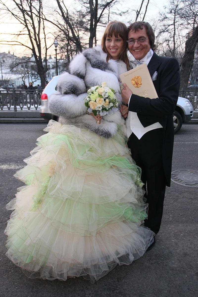 Полина Наградова младше своего звездного супруга на 29 лет. Фото со свадьбы пары, 2009г. Полине тут 19 лет.