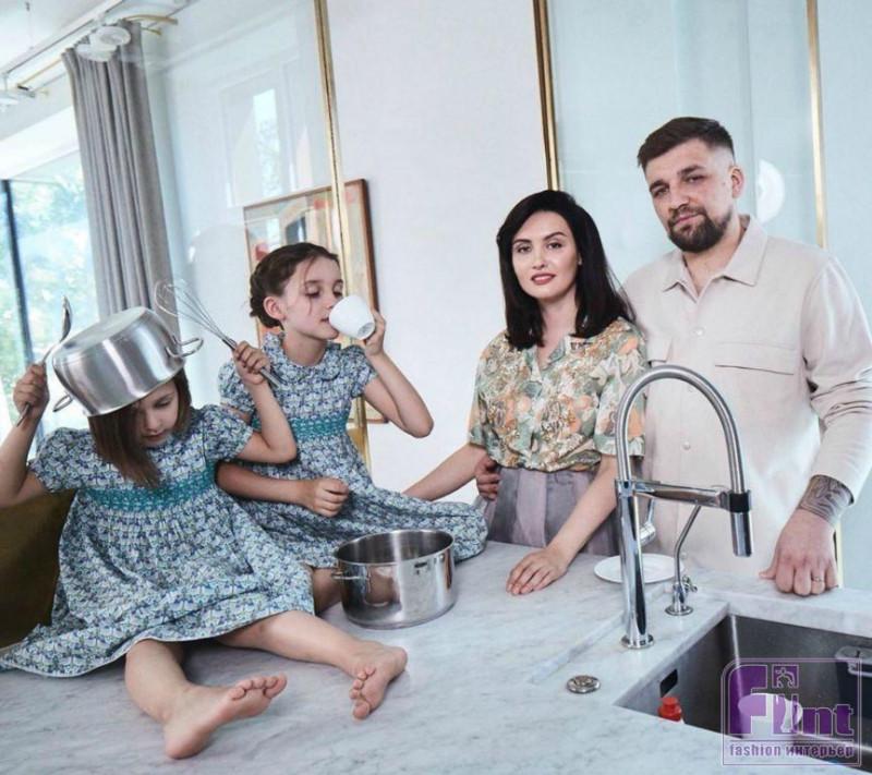 Василий Вакуленко, больше известный как рэпер Баста, и его семья