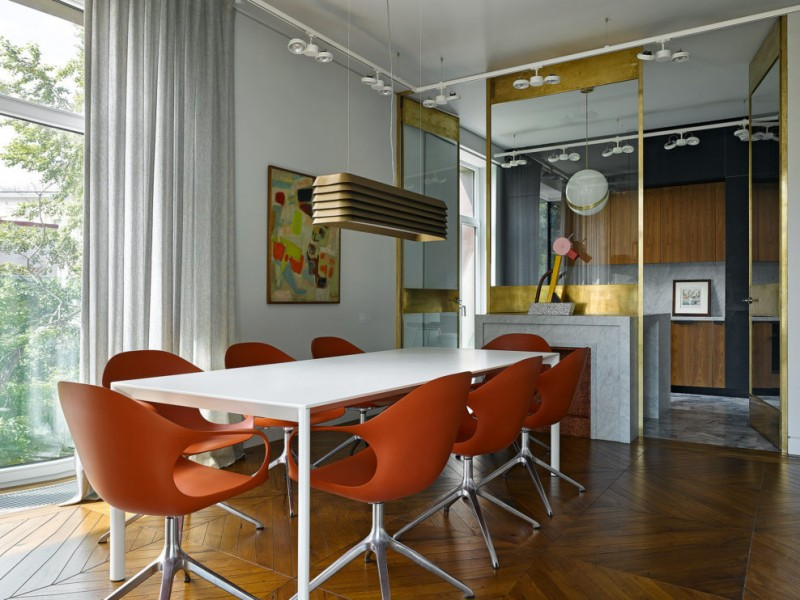 Стол и стулья, Kristalia. На стене — картина «Композиция» Александра Гарбеля