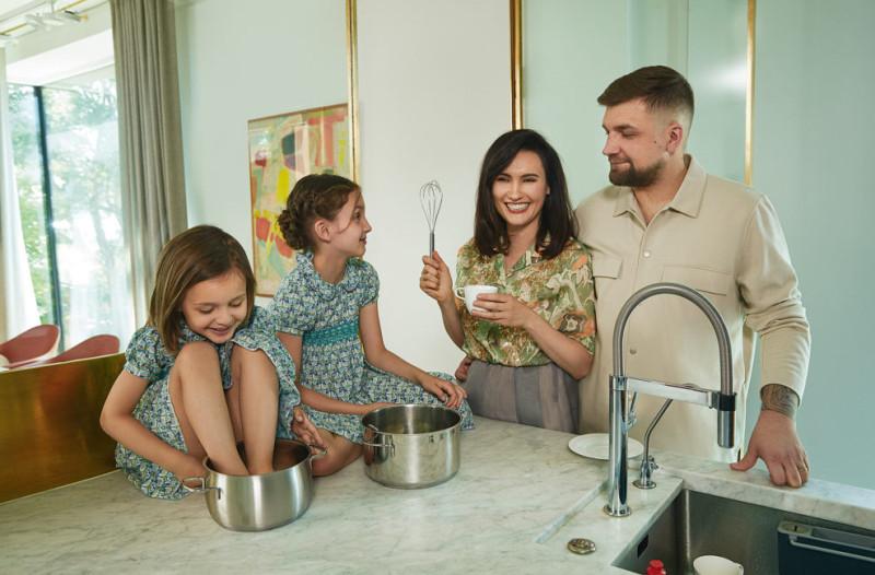 Василий Вакуленко с женой Еленой Пинской и дочерьми Машей и Василисой на кухне своей квартиры