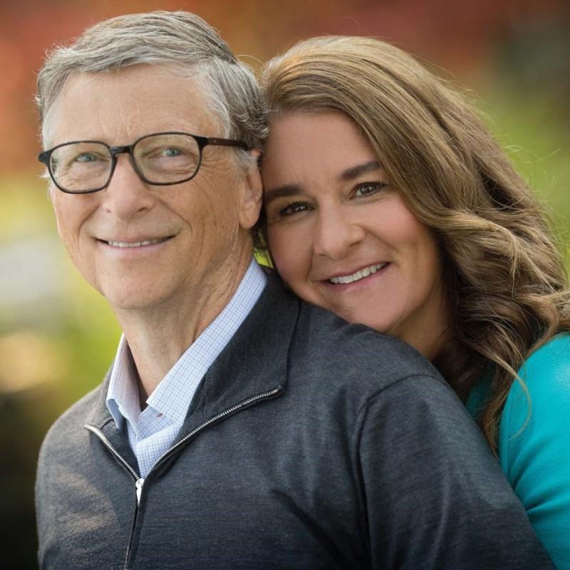 Мистер и миссис Гейтс: видите как она к нему льнет? А он даже чуток вперед отклонился, и улыбка натянута — очень показательно на самом деле 😏