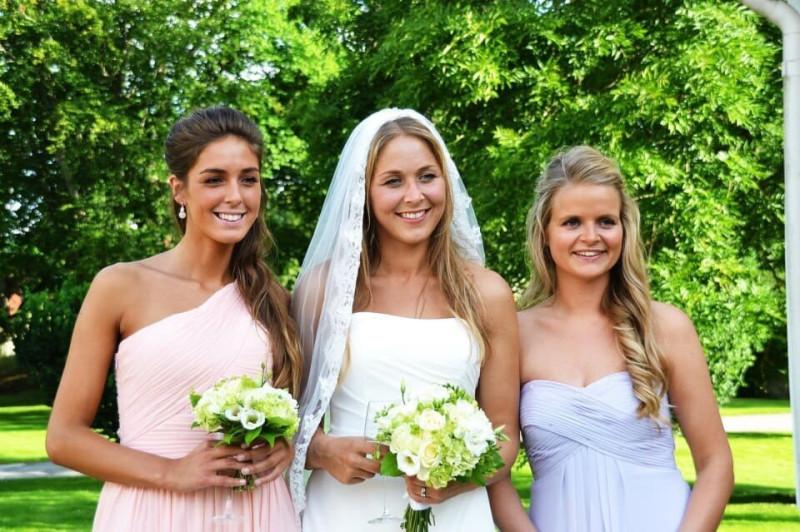 Удивительно, но сестры Шарье (крайняя слева и та что в центре) ни на грамм не унаследовали красоты своей знаменитой бабули