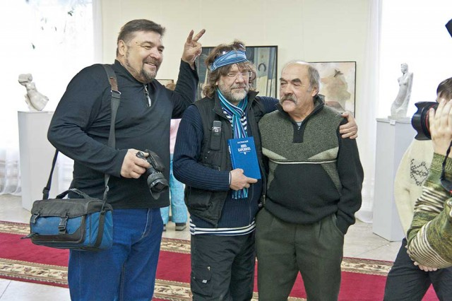В центре художник Сергей Саранцев, справа художник Алексей Гребнев