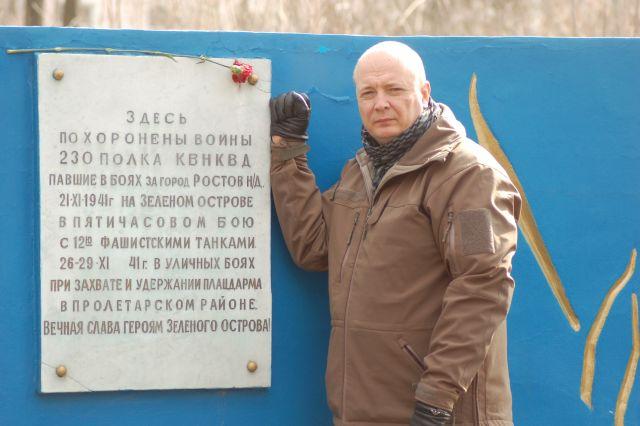 12 Андрей Кудряков на могиле защитников Зелёного острова