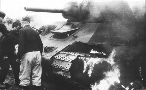 4 Немецкие танкисты у горящей 34-ки