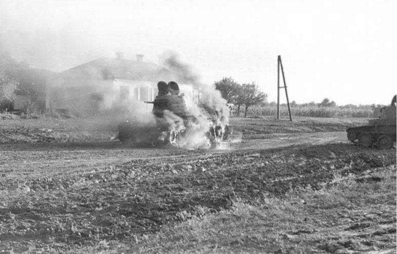 7 Лёгкий танк горит Ростов 1941
