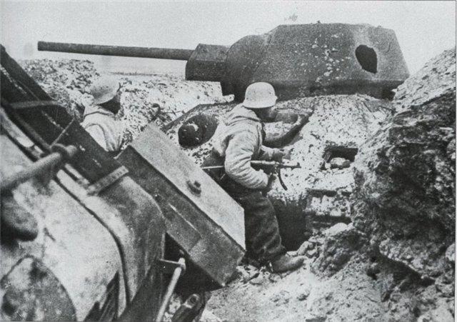 9 Немцы среди разбитых Т-34 Ростов 41-й