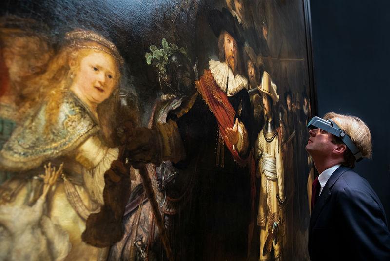 5-Директор Рейксмузеума Тако Диббитс изучает Ночной дозор Рембрандта.jpg