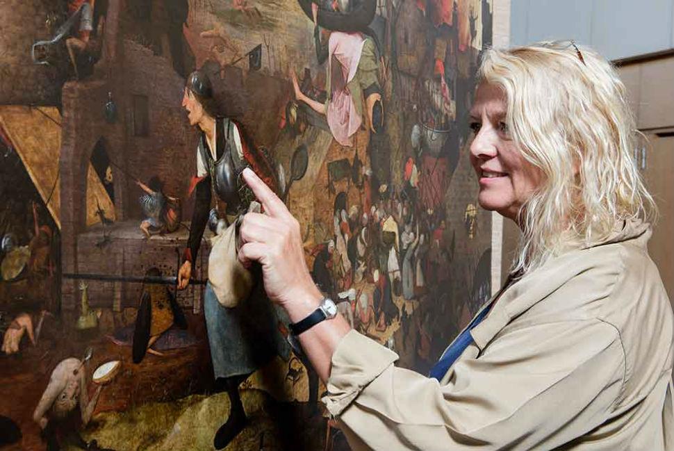 1-Реставратор Ливия Депидт у картины Питера Брейгеля Старшего «Безумная Грета».jpg