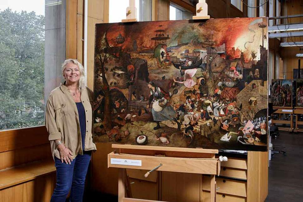 8-Реставратор Ливия Депидт у картины Питера Брейгеля Старшего «Безумная Грета».jpg