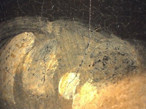 Увеличенный фрагмент картины, на котором видно, что светлые пряди волос хозяйки Вермеер написал уже поверх портьеры, скрывшей первоначально задуманны…