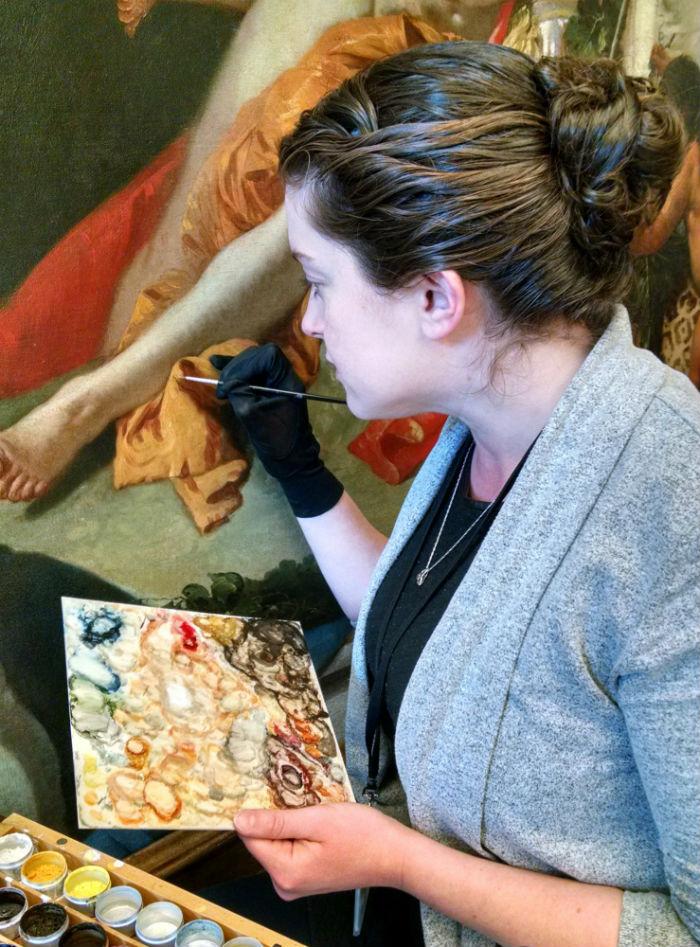 Реставратор Сара Гоуэн Мюррей работает над восстановлением Джованни Баттисты Тьеполо Вакх и Ариадна.jpg
