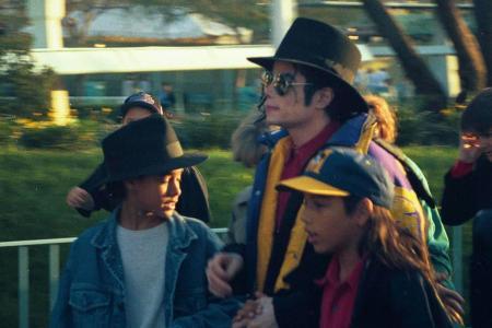 Майкл, Джорди Чандлер (в шляпе) и Бретт Барнс (в кепке) в Диснейленде.