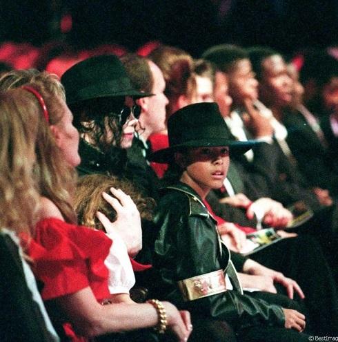 Трансляция из Монако: люди Майкла сделали Чандлерам места во втором ряду, за спиной Майкла. Майкл слишком поздно об этом узнал, чтобы успеть поменять места. Он взял детей с собой в первый ряд. Джорди сидит на краешке его кресла, а Лили сидит рядом, на коленях у соседки Майкла.