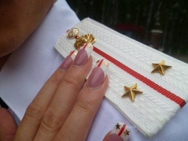 Фото на ногтях погоны