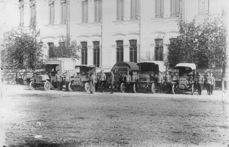Колонна грузовозов с экипажами во время смотра, 1911 год.