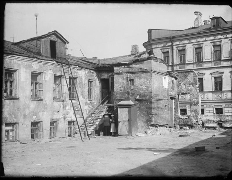 Вот он, дом справа, между ним и тем, что на первом плане, снесенный. Его вы еще тоже увидите
