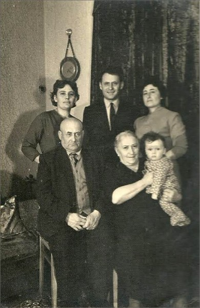 Комментарий М.Книжника: «Все обитатели дома на Курской: родители, дед с бабкой я и тетка. Собственно, мы с ней и остались из всех»